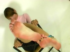 laura hawt large feet